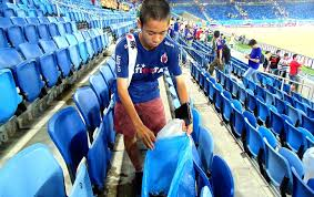 Torcedores japoneses limpam estádio após jogo da Copa do Mundo 2014