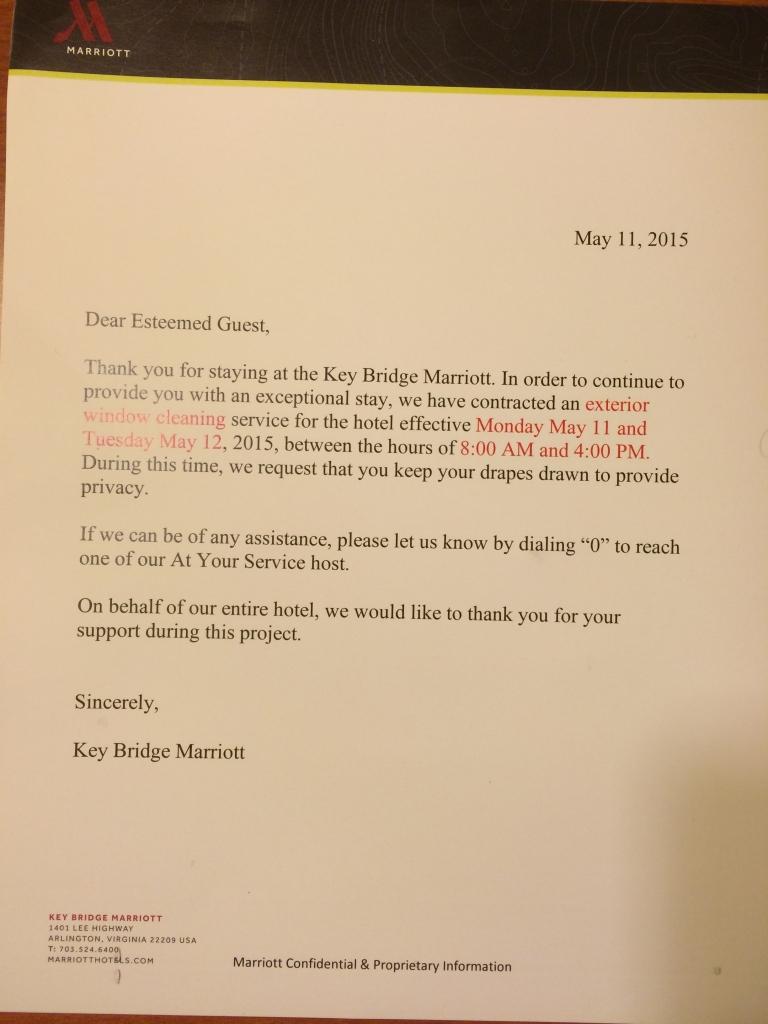 Mensagem do Marriott Hotel, informando sobre serviço a ser realizado, preservando a privacidade do hóspede. Amazing!!