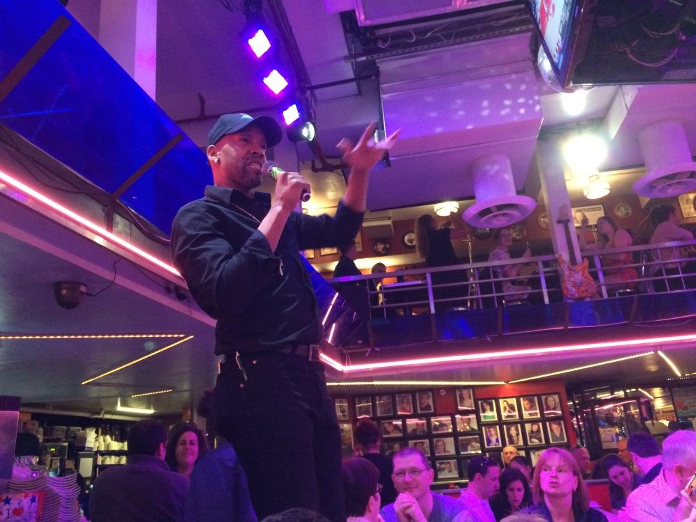 Stardust Diners, o restaurante em que os garços dão show musical!