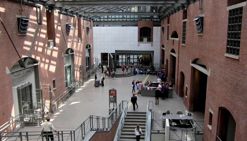 Vista frontal do Museu do Holocausto, em Washington, DC, EUA