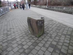 Visão distanciada da pedra com mensagem...