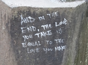 Visão aproximada da pedra com mensagem...